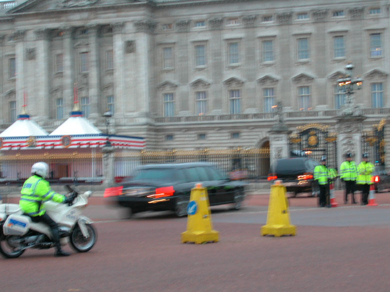 Bush (or decoy) entering Buckingham Palace 20/11/03 1600hrs