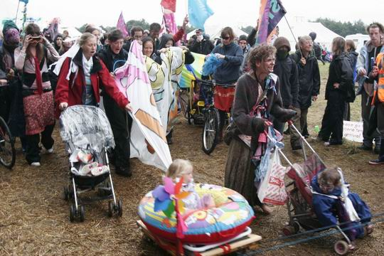 Kids bloc leaves the Camp ...