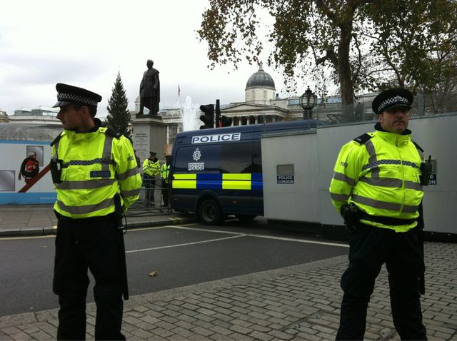Trafalgar Square cordoned off by police http://bit.ly/rpngAf