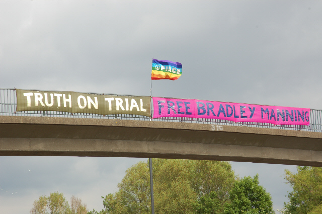 30 May: Banners over the M32